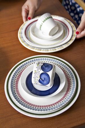 Trots att porslinet inte är från samma serie blir det snyggt att matcha eftersom färgerna och mönstren passar ihop ändå. Eleonore hittar porslinet på loppisar, auktioner och på nätet.