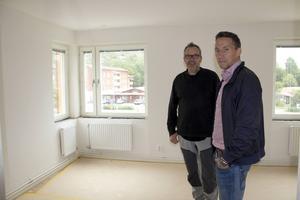 Lägenheterna är ljusa och trevliga. Under den här lägenheten låg tidigare Laik-kiosken, berättar Urban Wigren och Petri Berg.