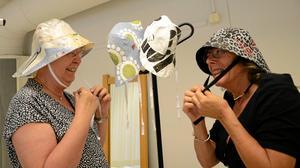 Wicken von Post och Kerstin Lindberg provar hattar som är gjorda av gammalt material.