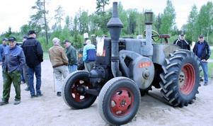 Besökarna vandrade mellan ett femtiotal gamla traktorer av varierande årsmodell.