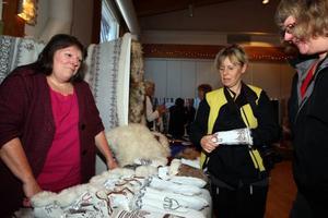 Karin Back åker mest runt på marknader med sina fårprodukter men nu tog han chansen att visa upp sig på mässan med kvinnliga förtecken. Foto: Håkan Degselius
