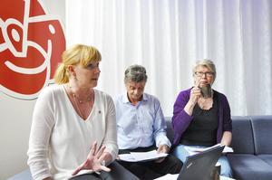 Riksdagskvinnan Marie Nordén, Bräckes starke man Sven-Åke Draxten och landstingspolitikern Ann-Marie Johansson presenterade socialdemokraternas skuggbudget på tisdagen.