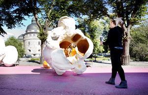 """Anton Hjärtmyrs popcorn har fått stanna i Örebro efter Open Art 2015, liksom Lilian Bourgeats """"Park bench"""" i Henry Allards park."""