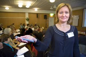 Barnsjuksköterskan Annika Jonhans visade under utbildningsdagen hur man hjälper ett allergiskt barn att använda sin adrenalinpenna.