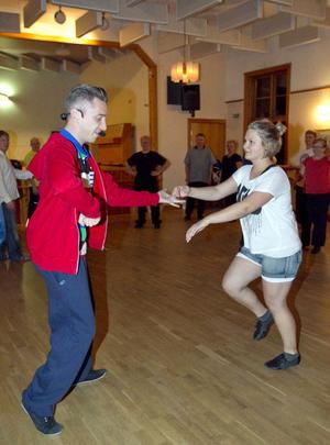 Musiken tystnar och dansläraren Johan Åhs instruerar med hjälp av Louise Ljungström från Ljusdal.