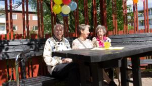 93-årige Erik Hjelm med hustrun Ingrid Hjelm och och dottern Eva Svensson njuter under både sol och ballonger.