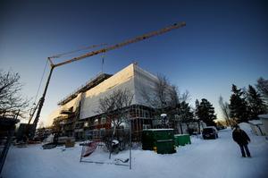 För att Östersunds kommun ska klara att nå målet att öka antalet kommuninvånare med cirka 5000 personer innan 2020, krävs också många nya bostäder. Här i Marielund bygger Östersundsbostäder just nu 64 hyreslägenheter.