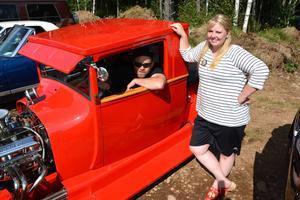 Louice Andersson i solskenet och Mats Kans bland skuggorna. Bilen byggde Louice Anderssons pappa och ska efterlikna en Pickup Hot Rod från 1928.