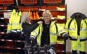 Lise-Lott Öberg hjälper Kristin Blomberg att dra på sig en arbetsjacka. Med en sån här på sig så vore det väl katten om man inte skulle synas.