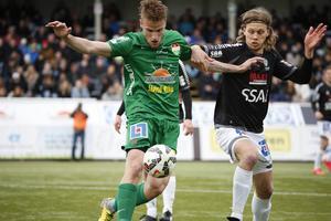 Erik Törnros och Gustav Sundström i duell. Båda spelarna har representerat både Brage och Dalkurd under karriären.
