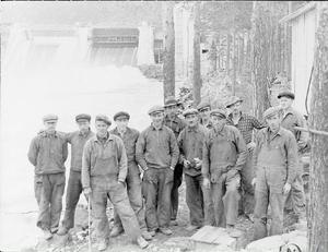 Gruppbilderna som togs under arbetets gång är många, folk kom från hela landet för att få jobb, som mest sägs 1 500 personer ha arbetat vid bygget.