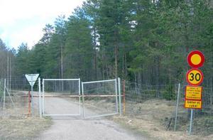 EXPRESSENS BOM. Det var bakom den här avspärrningen vid skjutfältet i Marma i norra Uppland, som två reportrar 1965 grävde upp en trälåda som ansågs innehålla bevis på att en nazistorganisation skulle ta över makten i Sverige.