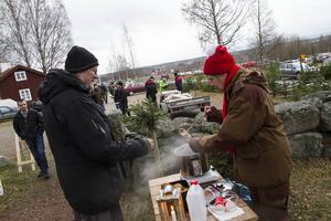 Kerstin Synneby från hembygdsföreningen bjöd på glögg och pepparkakor.