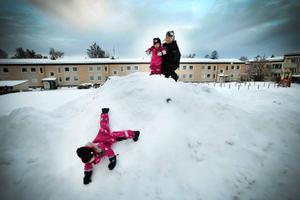 Leka i snön på  gården tycker både Ayla och Alicia om. Det är två veckor kvar till de ska få en lillasyster.