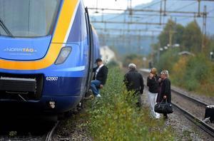Ett mötande tåg evakueras till buss i Torpshammar.