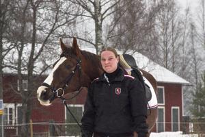 Mia Hed har en passion för unghästar. Men hästen Katmandu är 17 år och vidareutbildas av Mia.