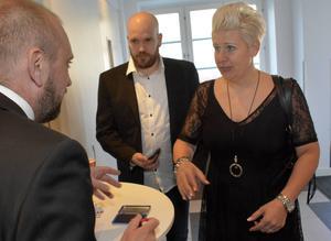Granlos sportchef Johan Nordell agerade välkomstkommitté. Här tar han emot Lars Lundberg och Lotta Svedin.