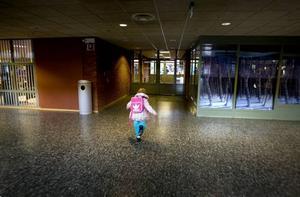 Ivrig. Snart sexåriga Klara Eklund är laddad inför sin allra första dag i förskoleklassen. Hon sätter fart för att komma i tid till uppropet.