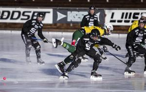 Ljusdals Filip Ljus åker på en propp av Sandvikenförsvaret.