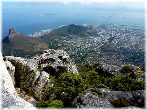 Bilden är tagen från Taffelbergets topp i Kapstaden för ett par dagar sedan. Man ser Robben Island (där Nelson Mandela satt fängslad i 18 År) och den vita