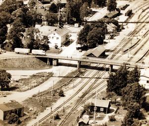 Viadukten i Rimbo 6 juli 1973. Om man tog motsvarande bild i dag skulle man troligen skymta badhuset nere till vänster.