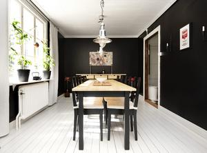 I matrummet målades väggarna svarta och golvet vitt. Rummet känns dock inte mörkt. Här finns influenser av två uttryck som paret gillar – japanskt och industriellt.