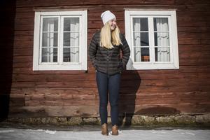 Hogdalsbygden betyder otroligt mycket för Johanna. Hon visar hembygdsgården och berättar om historien bakom de olika byggnaderna på tomten.