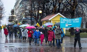 Cirka 100 personer deltog i klimatmarschen genom ett regnigt Sundsvall.