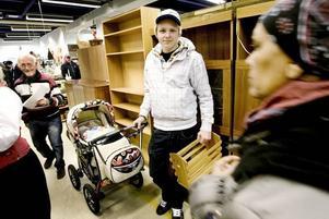 Andreas Lindberg med dottern Melody, fyra månader, är på Biståndscenter för första gången. Tidningshållaren ska hans loppistokiga sambo fixa till och måla vit, är det tänkt.