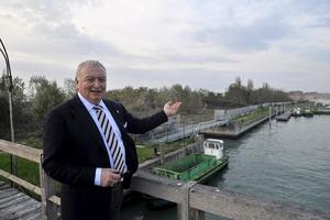 Alberto Zamparla pekar på ön som kan bli en temapark.