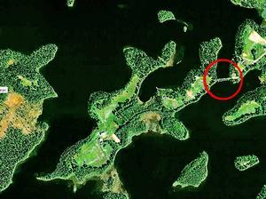 Utsnitt av Öjarsjön, i Strömsunds kommun, som delvis växer igen. Vägbanken som är inringad med rött spärrar vattenflödet i ena änden av sjön.