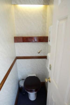 Vattenspolande toaletter med rena golv.
