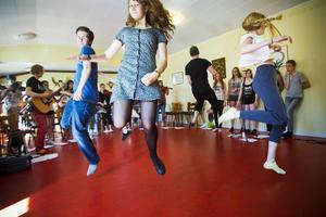Det blir en riktig utmaning när dansare, musiker och sångare ska stråla samman i ett och samma nummer. Den 17 juni görs föreställningens premiär på Träteatern i Järvsö.