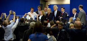 Rivargänget. Här presenterar extremhögerns partier att de till sist lyckats komma överens för att bilda en partigrupp i Europaparlamentet. Deras mål är ett Europa med nya hinder och gränser. I mitten Marine Le Pen, vars Front National finansieras med ryska bankpenkar.