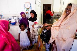 Sahro Hagi Husseen gav presenter till sina barn på tisdagens eid al-fitr. 7-åriga Fartun Raage, 4-åriga Ifrah Raage, 10-åriga Fadumo Raage och 13-åriga Mariam Sheikhabikar är förväntansfulla.