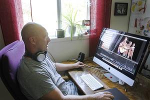 Här på kontoret hemma i Trättgärde har Roland Olsens film vuxit fram.