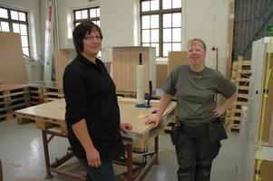På Huhtamaki jobbade de ihop på verkstadsgolvet. Nu är Frida Jansson (till vänster) administratör och Birgitta Wallin anställd inom produktionen på ett företag i Tierp som tillverkar och renoverar köksluckor.