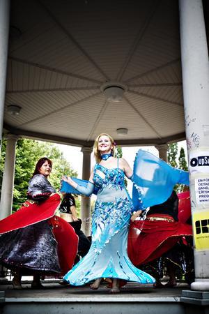 Exotiskt. Oriental Spirits – en amatördansgrupp från Sandviken som leds av Jessica Al Reyes – förvandlade under eftermiddagen esplanadens träpaviljong till ett mystikladdat lusthus.