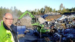 Mer utrymme. Här ska det bli dubbelt så mycket plast för sortering och lagring, berättar Thomas Matt på Lindebergs återvinning AB. I bakgrunden lastas en container med metallskrot för vidare befordran till ett stålverk.