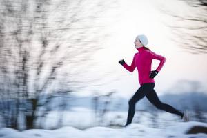 Du behöver inte en massa dyr extrautrustning för att springa när det är kallt. Dubbar funkar lika bra som dubbskor och andningsmask höjer inte prestationen, säger experten.