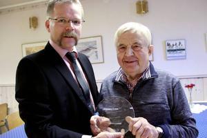 SVen-Olov Hansson från Fordklubben Hälsinge Model T blev den som fick överräcka den fina utmärkelsen till Sture Lundin.