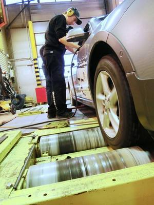 En rullande landsväg finns till förfogande när eleverna ska prova bilar i Vericates lokaler i Östersund.