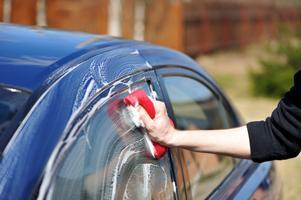 Tvätta bilen från taket och gå nedåt. Se till att alltid ha ordentligt med vatten och schampo i tvättsvampen. Byt svamp ofta, det kan finnas grus i den gamla.