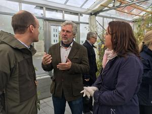 Bostadsminister Peter Eriksson (MP) besökte växthuset på Nordanby äng. Här talar han med Markus Holmlund, marknadschef på Lindbäcks som bygger trähus. Till höger Amanda Agestav (KD) vice ordförande i Mimer.