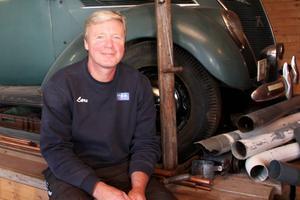 – Det var ingen som kände till att farfar tillverkat den där kulan, säger Lars Selin, här med farfars Ford i bakgrunden.