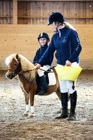 En stolt vinnare med presentkort och hink full med nyttosaker från Norells Hästshop, är minishettisen Uffe med lillhusse Villiam Lederud på ryggen och mamma Sofia