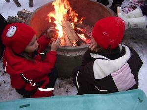 Lisa och Linn Clark värmer händerna.