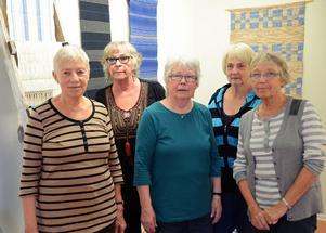 Fem flitiga väverskor i Malungs vävkammare bland utställda alster fr v Renata Engberg, Åsa Levin, Marianne Olsson, Inger Eriksson och Solveig Rosén.