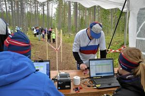 Jörgen Holmström från Nora stämplade in vid målgång och fick sin sluttid. Det var suveränt i skogen i dag, var hans omdöme efter loppet.