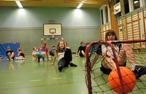 Stjärtfotboll. Nora GK:s juniorer tränar inomhus i vinter, här är det Pelle som sätter bollen i mål.